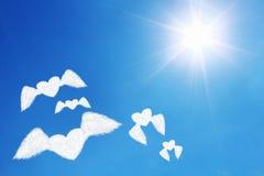 le groupe de nuages en forme de coeur volants sous le soleil brille Images stock
