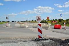 Le groupe de panneaux routiers, les barrières et la route dévient photos stock