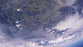 Le groupe de parachutistes sautent de l'avion Ciel bleu ground Nuages taille extrême clips vidéos