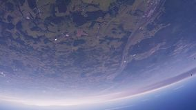 Le groupe de parachutistes sautent de l'avion Ciel bleu ground vol taille extrême banque de vidéos