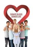 Le groupe de personnes avec donnent le sang donnent le texte de la vie et un graphique de coeur Photographie stock
