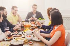 Le groupe de personnes boivent du vin au dîner de fête de table Photographie stock
