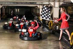 Le groupe de personnes conduit la voiture de kart photos stock