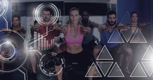 Le groupe de personnes d'ajustement sportif dans le gymnase avec la santé connectent Photos stock