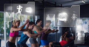 Le groupe de personnes d'ajustement sportif dans le gymnase avec la santé connectent Image stock