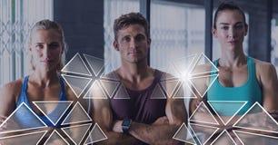 Le groupe de personnes d'ajustement sportif dans le gymnase avec la triangle connectent Photo stock