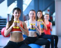 Le groupe de personnes dans un Pilates classent au gymnase Photographie stock libre de droits