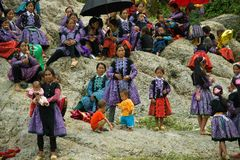 Le groupe de personnes de minorité ethnique pendant l'amour lancent le festival sur le marché Photo libre de droits