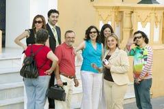 Le groupe de personnes de sourire s'approchent de l'avant de l'église dans le village de l'Espagne du sud outre de la route A49 à Photographie stock
