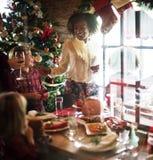 Le groupe de personnes diverses se réunissent pour des vacances de Noël photographie stock libre de droits