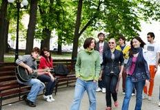 Le groupe de personnes en stationnement de ville écoutent musique. Images stock