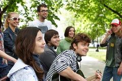 Le groupe de personnes en stationnement de ville écoutent musique. images libres de droits