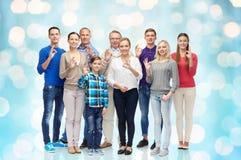 Le groupe de personnes heureuses montrant la main correcte signent Photographie stock libre de droits