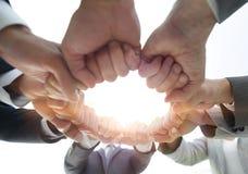 Le groupe de personnes a joint leurs mains Image libre de droits
