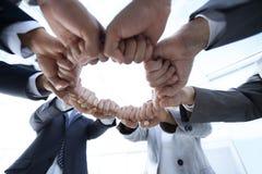 Le groupe de personnes a joint leurs mains Photo stock