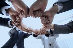 Le groupe de personnes a joint leurs mains Images libres de droits