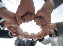 Le groupe de personnes a joint leurs mains Photos libres de droits