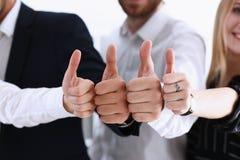 Le groupe de personnes montrent CORRECT ou confirment avec le pouce  Photographie stock libre de droits