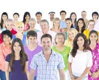 Le groupe de personnes multi-ethnique d'isolement sur le blanc avec la parole bouillonne Photos stock