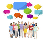 Le groupe de personnes multi-ethnique la parole bouillonne concept gai Images stock
