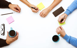 Le groupe de personnes remet le concept d'espace de travail de table Photo libre de droits