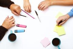 Le groupe de personnes remet le concept d'espace de travail de table Photo stock