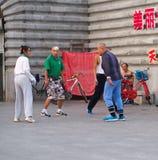 Le groupe de peuple chinois jouaient un coq de navette vers la fin de image stock