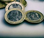 Le groupe de pièces de monnaie en valeur un euro se trouve sur la table Image stock