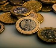 Le groupe de pièces de monnaie en valeur un euro se trouve sur la table encaissez l'euro corde de note d'argent de l'orientation  Images stock