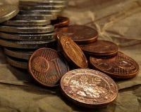 Le groupe de pièces de monnaie se trouve sur la surface encaissez l'euro corde de note d'argent de l'orientation cent des euro ci Photos stock