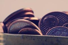 Le groupe de pièces de monnaie se trouve sur la surface encaissez l'euro corde de note d'argent de l'orientation cent des euro ci Photographie stock