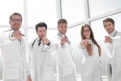 Le groupe de pratique soigne diriger leur doigt à vous photos libres de droits