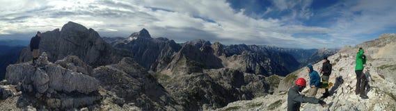 Le groupe de randonneurs apprécient le panorama scénique dans Julian Alps en Slovénie en juillet 2017 Image libre de droits