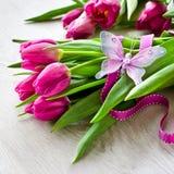 Le groupe de roses roses dans le vase rose et le boîte-cadeau copient le backgro de l'espace Photos stock