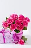 Le groupe de roses roses dans le vase rose et le boîte-cadeau copient le backgro de l'espace Photographie stock libre de droits