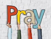 Le groupe de se tenir des mains des personnes diverses prient photo libre de droits