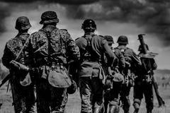 Le groupe de soldats marche à la bataille photographie stock libre de droits