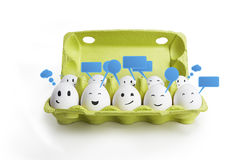 Le groupe de sourire heureux eggs avec le signe social de causerie Images stock