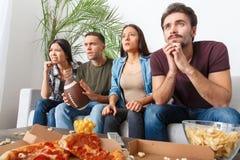 Le groupe de supporters d'amis observant le rugby assortissent nerveux Image libre de droits