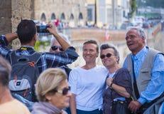 Le groupe de touristes prennent des photos sur le pont de Ponte Vecchio à Florence - à FLORENCE/en ITALIE - 12 septembre 2017 Photographie stock