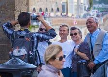 Le groupe de touristes prennent des photos sur le pont de Ponte Vecchio à Florence - à FLORENCE/en ITALIE - 12 septembre 2017 Photographie stock libre de droits