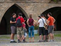 Le groupe de touristes s'est réuni dans la plaza de Ainsa, Huesca Photographie stock libre de droits