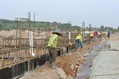 Le groupe de travailleurs de la construction installant la terre soit Photographie stock libre de droits