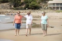 Le groupe de trois supérieurs mûrissent les femmes retirées sur leur 60s ayant l'amusement appréciant ensemble la marche heureuse Image stock