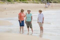 Le groupe de trois supérieurs mûrissent les femmes retirées sur leur 60s ayant l'amusement appréciant ensemble la marche heureuse Photo stock