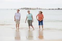 Le groupe de trois supérieurs mûrissent les femmes retirées sur leur 60s ayant l'amusement appréciant ensemble la marche heureuse Images stock