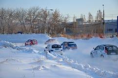 Le groupe de véhicules concurrencent dans le premier coin après début Image libre de droits