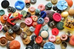 Le groupe de vieux vintage en plastique se boutonne sur le fond blanc Images libres de droits