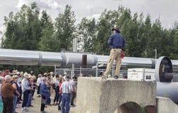 Le groupe de visite écoute le laïus à l'épicentre de la canalisation de l'Alaska Images libres de droits