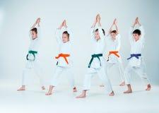 Le groupe des garçons et de la fille combattant à la formation d'Aikido à l'école d'arts martiaux Mode de vie et concept sains de photographie stock